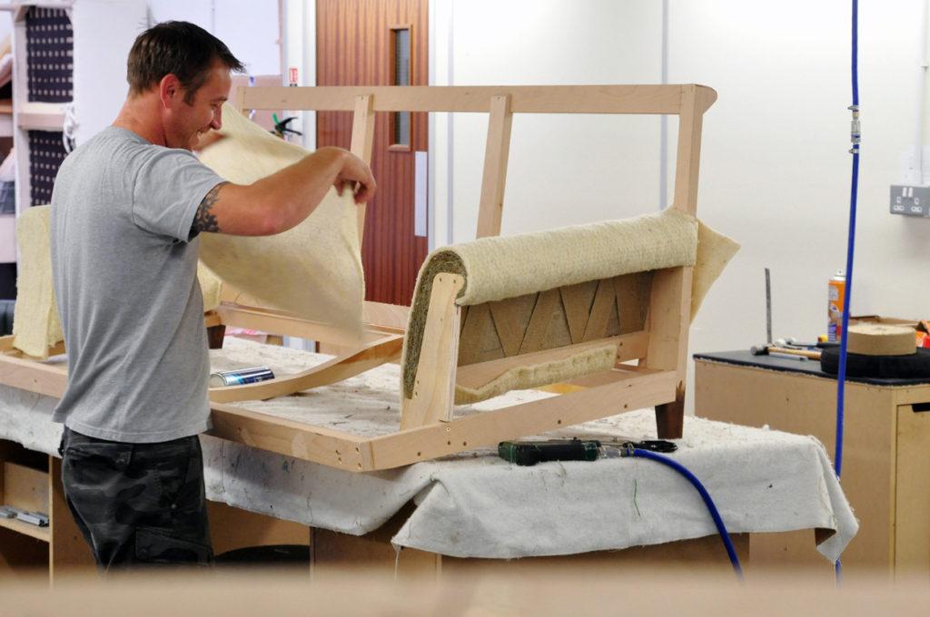 Реставрация мягкой мебели в домашних условиях своими руками